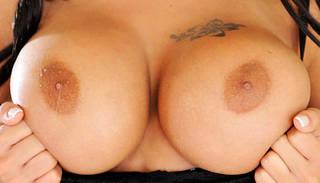 Pechos tatuados.