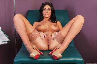 Mulher nua com os seios de uma espalhando moles na foto