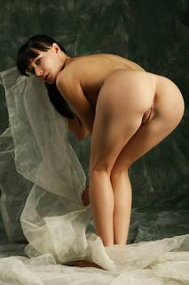 Elegante Näherin bereitet ein Zimmer zu beschönigen