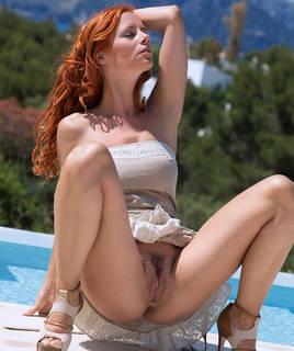 Güzel kızıl saçlı kız.